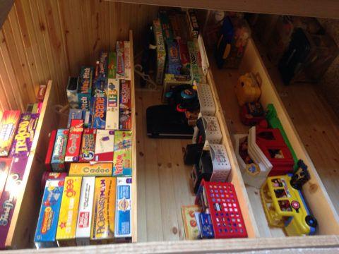 Склад игрушек под лестницей – удобно и практично