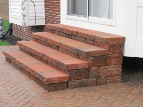 Сложенное из блоков крыльцо со ступенями из бетонной плитки