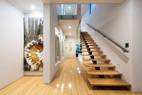 Современная конструкция из металла, стекла и натуральной древесины