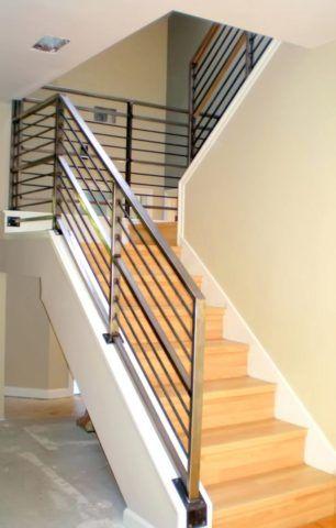 Современная лестница с деревянными ступеньками