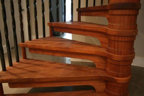 Ступени для лестницы из дерева на вертикальной опоре