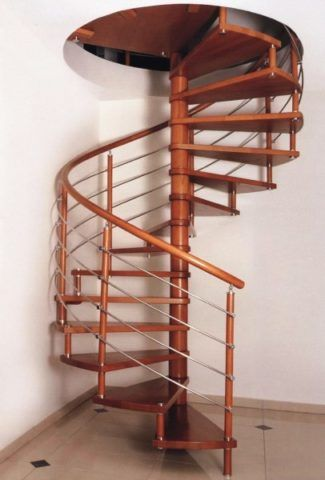 Ступени для винтовой лестницы крепятся на центральной стойке