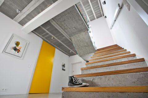 В современных интерьерах можно часто встретить бетон в комбинации с натуральной древесиной