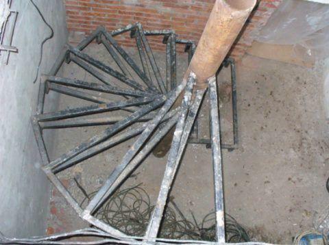Винтовая конструкция в подвальном помещении