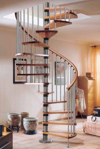 Винтовая лестница на центральной металлической стойке