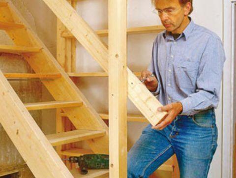Закрепите доски ограждения на опорных столбах