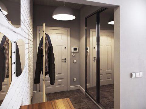 Зеркальные раздвижные дверцы встроенного шкафа визуально увеличат небольшое помещение