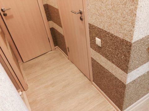 Жидкими обоями более темного цвета отделывают нижнюю часть стен