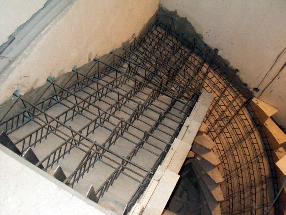 Пруты армирования ступеней необходимо завести в несущую стену, чтобы равномерно распределить нагрузку