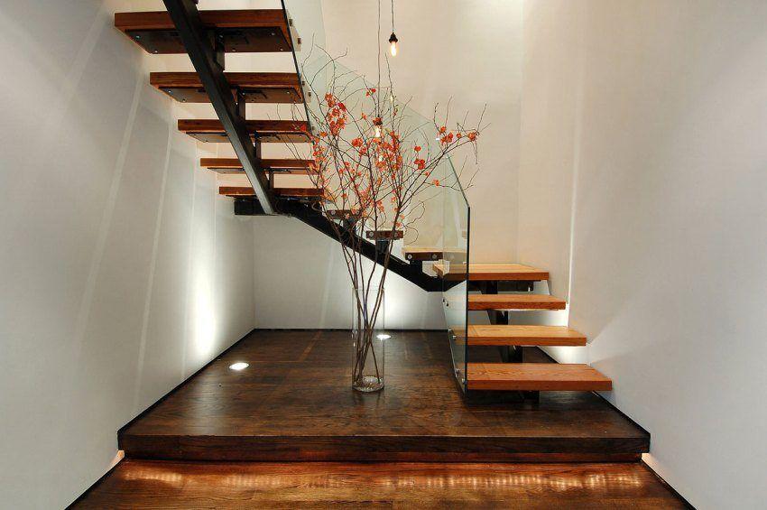 Выигрышный дизайн лестницы на второй этаж в современном доме