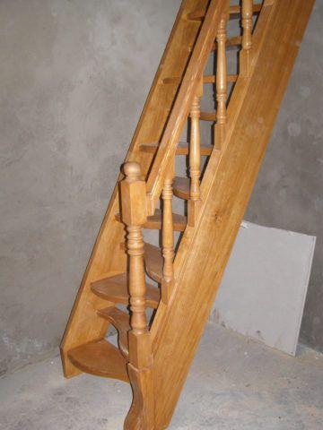 Данное фото прекрасно иллюстрирует, какой угол подъема в состоянии обеспечить лестница такого типа, и какое количество полезной площади поможет сэкономить