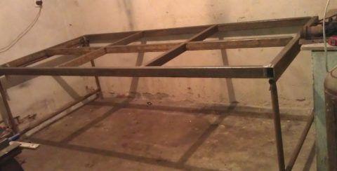 Для сварочных работ подойдет и металлическая платформа подходящего размера