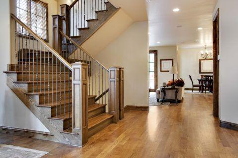Эффект состаривания при оформлении внутридомовой лестницы придаст интерьеру респектабельности