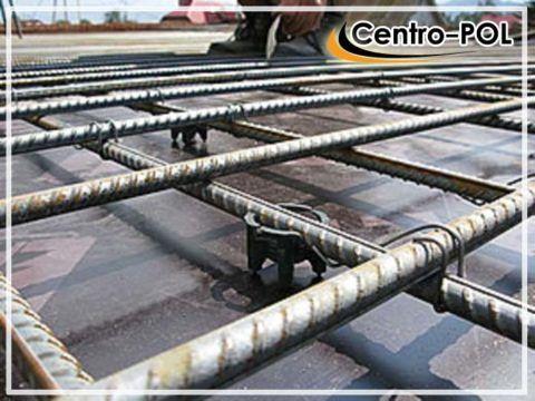 Это легко обеспечить «контрольками» - проволочными или пластиковыми проставками заданной длины, которые закладываются в местах соединения арматурных прутьев