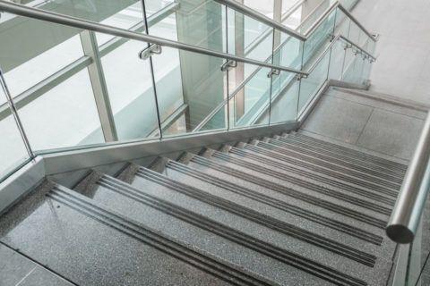 Гранитная конструкция с ограждениями из стекла и металла