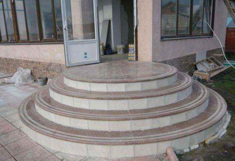 Гранитные ступени на бетонной лестнице