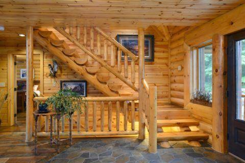 Интерьер деревянного дома с лестницей