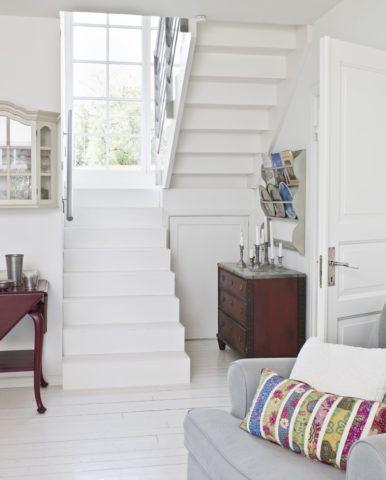 Какой краской покрасить лестницу на второй этаж, чтобы она не выделялась в интерьере - разумеется, белой