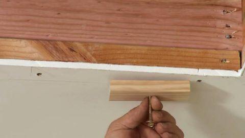 Конструкция простого запорного механизма включат планку и ось, вокруг которой она вращается