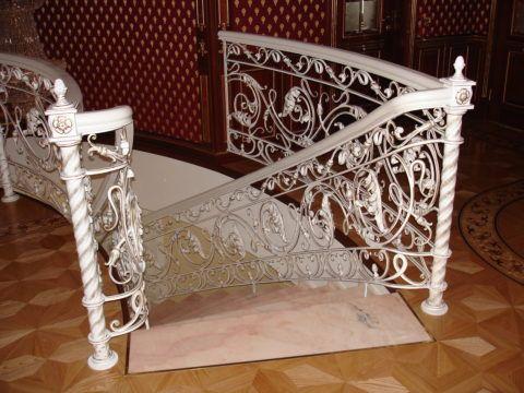 Кованое ограждение внутридомовой лестницы