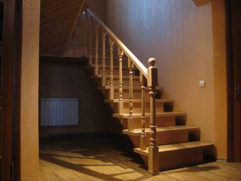 Лестничная конструкция из сосны