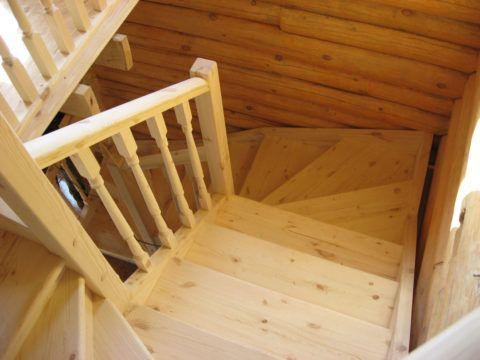 Лестница из сосны с забежными ступенями