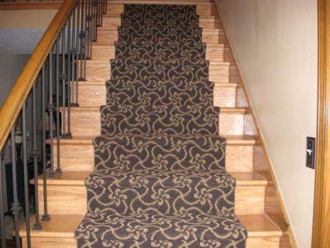 Лестница, обшитая ковролином