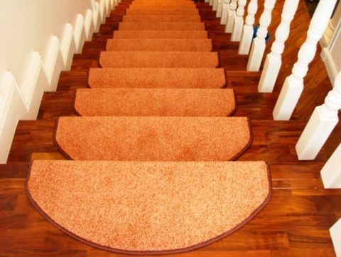 Лестница, отделанная ковролином из накладок