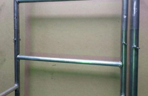 Лестница приставная разборная скручивается болтами и имеет поручни по бокам