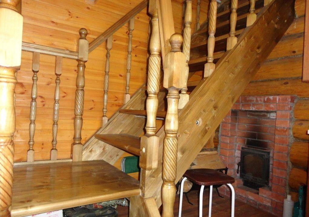 Лестница в банном помещении создает отличную атмосферу уюта и умиротворения