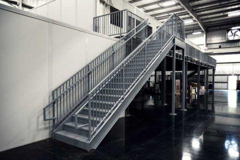 Лестницы из металла закрытые