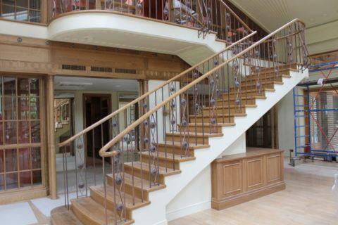 Лестницы такого типа позволяют легко комбинировать и получать дополнительные полезные элементы интерьера жилища