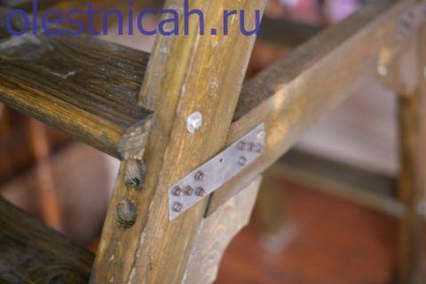 Массив древесины готового изделия можно состарить с помощью ряда технологических приёмов и привести лестницу в соответствие с общим фоном интерьера