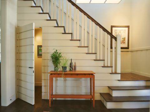 Место под лестницей можно использовать с пользой