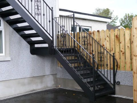 Металлическая лестница на фасаде здания