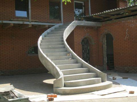 Наружные бетонные лестницы предполагают устройство фундамента под нижнюю опору с учетом нагрузок на конструкцию