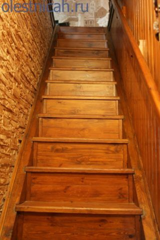 Необходимо заметить, что некоторые деревянные лестницы резные столбы могут и не иметь, перила опираются не на них, а на плоскость стены