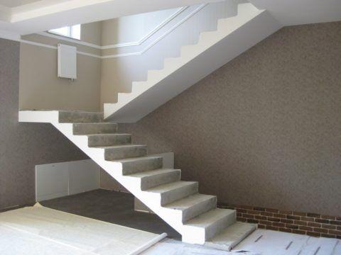 Обычная лестница может быть устроена из готового заводского блока или путем заливки в опалубку на месте строительства