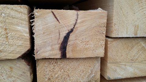 Очень часто глубокие пороки древесины имеют неисправимый характер