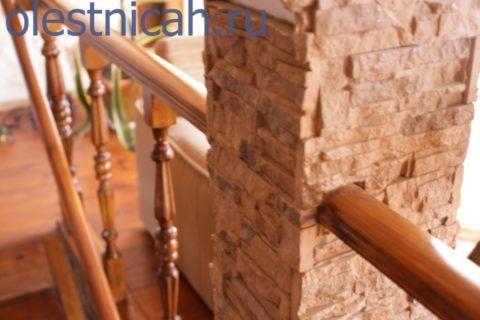 Очень часто вместе со столбами некоторую часть нагрузки балюстрады берут на себя так же элементы дизайна, в которую вписана деревянная лестница