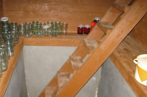 Очень маленький погреб с лестницей посередине