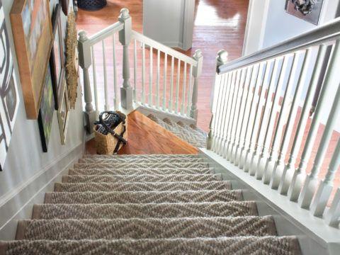 Один из классических цветов для внутридомовой лестницы – белый
