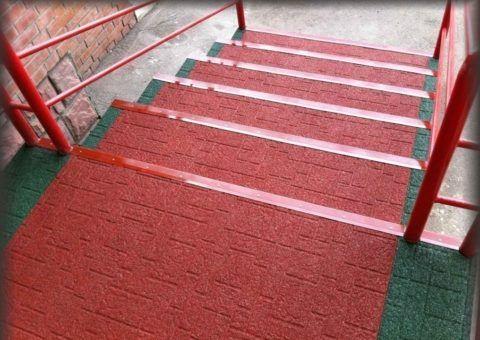 Оформление лестницы резиновым покрытием