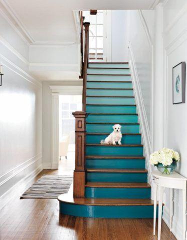 Окрашивание подступенков лестницы в необычный цвет позволит по новому взглянуть на классическое оформление прихожей