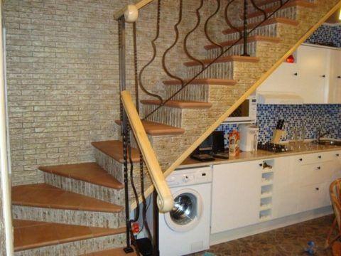 Планируйте расстановку под лестницей заранее, чтобы вывести необходимые коммуникации. Например, для подключения стиральной или посудомоечной машины