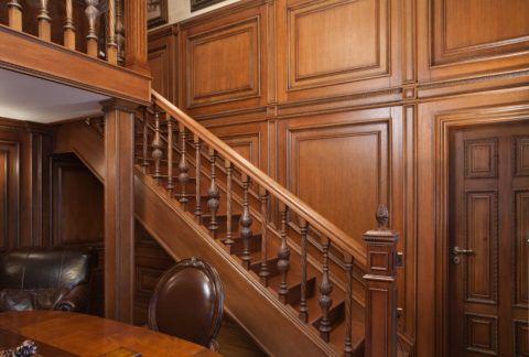 Порой дубовая лестница солирует на фоне целостного дубового интерьера, в который входят так же стеновые панели и двери