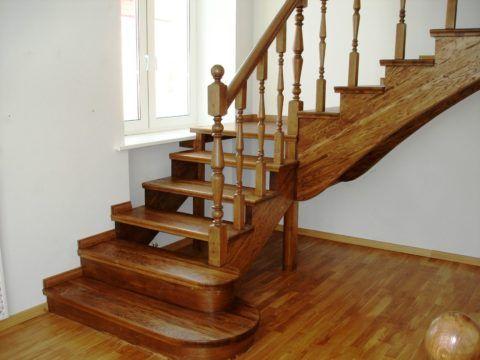 При помощи лака можно надежно защитить деревянные поверхности и придать им эстетичный внешний вид