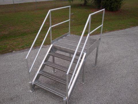 Простейшая входная металлическая лестница для дачи