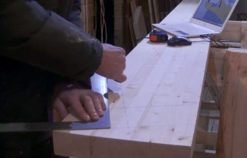 Размечаем балку при помощи уголка