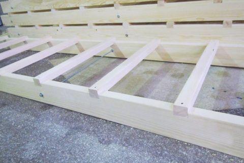 Строительную лестницу можно быстро сделать из двух досок и брусков